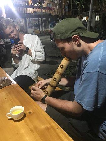 Quan Ba, Việt Nam: Khách tập hút thuốc lào!