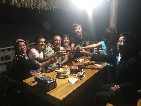 Quan Ba, Việt Nam: Mọi người cùng nâng ly mừng sinh nhật ông bạn đến từ Pháp