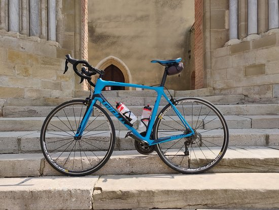 Leran, Γαλλία: Stopped at the church in Belpech to take a photo of the bike