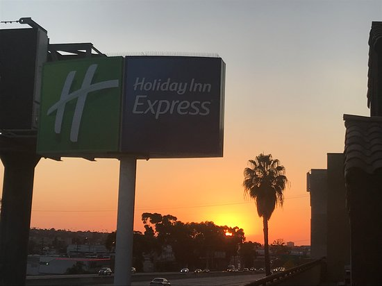 Holiday Inn Express San Diego Airport - Old Town: View from outside seating area