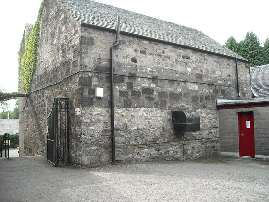 Blair Athol Distillery: Another view of the exterior.