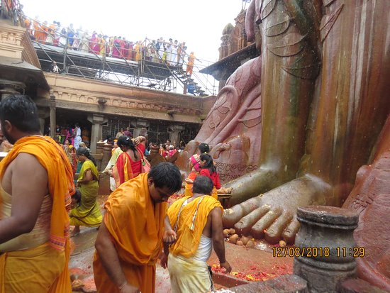 Sravanabelagola, Indien: How mere is human at the foot of Lord Gomateshwara
