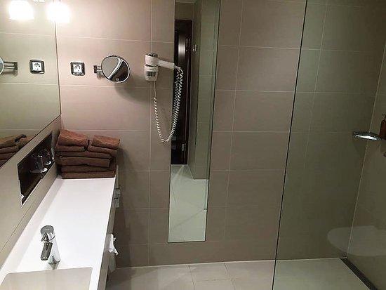 Arlandastad, السويد: Bathroom with shower