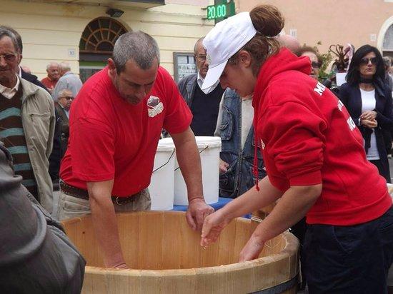 Caseificio le Perle degli Angeli: Produzione della Mozzarella di Bufala in piazza, Festa d'Autunno a Magliano Sabina 12 Ottobre 20