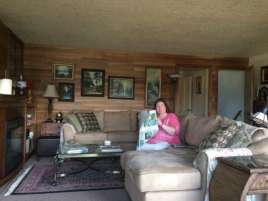 Blue Heron Inn: My Sis reading the morning paper