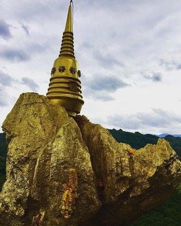 Pak Chong, Thái Lan: Photo By: Usa Somnuk พระธาตุหินแขวน