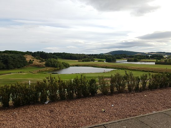Drumoig, UK: Blick von der Terrasse der Bar/Haupthaus