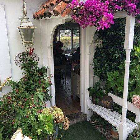 Hostal Puente del Pilar: El mejor lugar de Ribadesella para descansar, rodeado de lindos jardines, desayuno, comida y cen