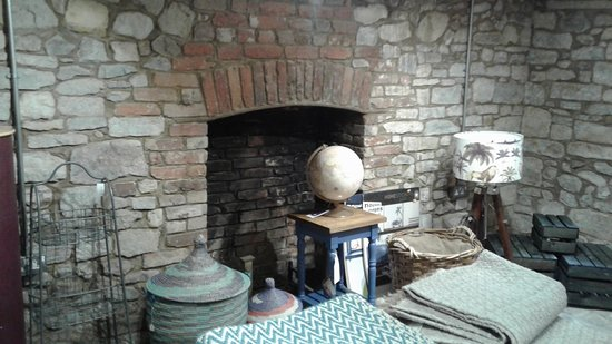 Axminster, UK: Fireplace in the basement