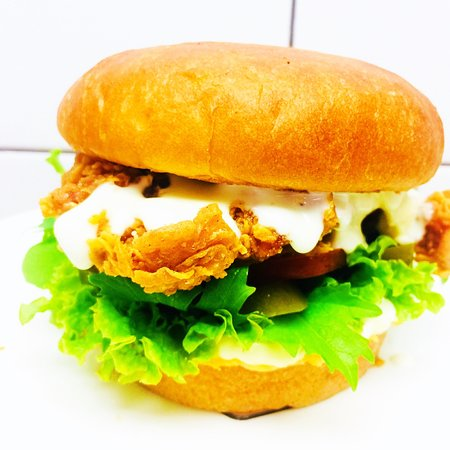 Papamoa, Nova Zelândia: Crispy chicken burger ; jalapeno, tomato, mayonnaise, mesclun and spicy ranch sauce