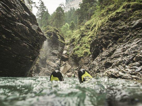 Ilanz, Suíça: Gemütliches Canyoning durch die geheimnisvolle Schlucht der Viamala bei Thusis.