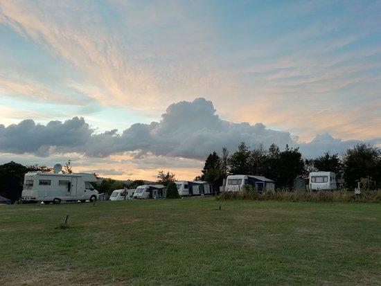 Fenny Bentley, UK: The regular caravans are near to the tent pitches. Friendly people.