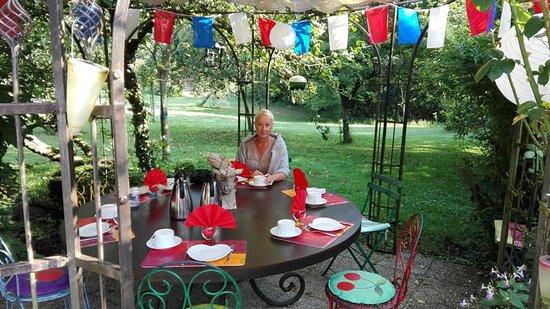 Barneville-la-Bertran, France: Buiten ontbijten