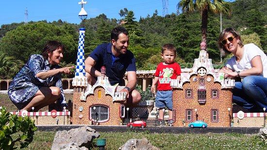 Torrelles de Llobregat, España: Nos convertimos en gigantes en las puestas del Parque Guell.