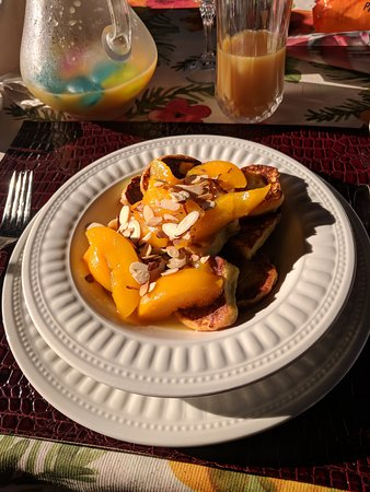 Reen's Bed and Breakfast: Lovely breakfast of French toasts and peaches