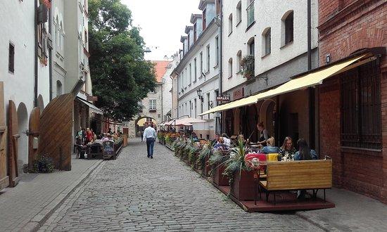 Garaza: Den overdækkede restaurant er tilhøjre i billedet. Bagerst ses svenskeporten