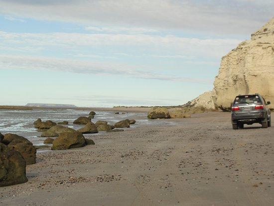 Fuerte Argentino: La ruta por la playa con el Fuerte al fondo