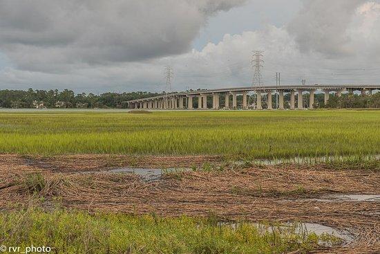 Costa de Carolina del Sur, Carolina del Sur: Carretera que cruza por encima de la isla refugio