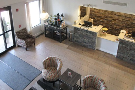 Pueblo West, CO: Spacious lobby with sitting area