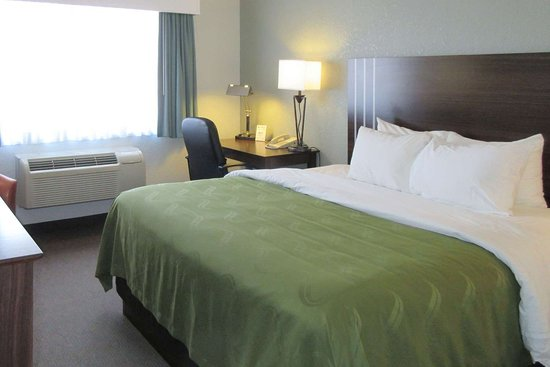 Pueblo West, CO: Guest room with king bed(s)