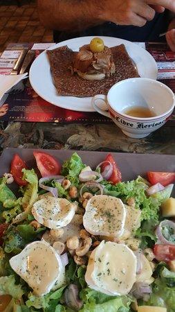 Redon, France: Salade et crepe tatin andouille