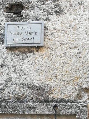 Caggiano, Italy: La chiesa è chiusa a causa del terremoto ma la piazzetta è una vera chicca