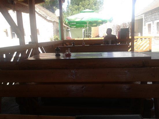 Necujam, Croatia: Bench seating as well as tables