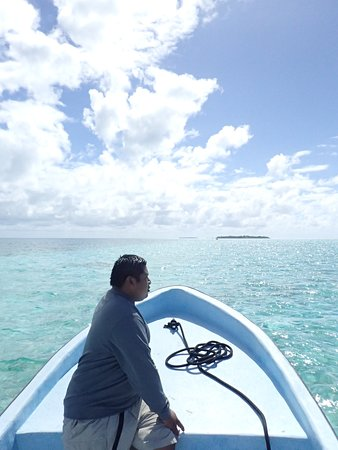 Glovers Reef Atoll, Belize: Nigel taking us out for a snorkel