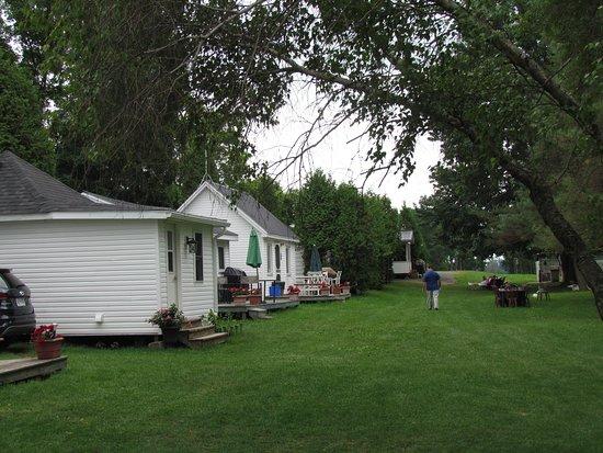 Iroquois, Canada: Cottage row