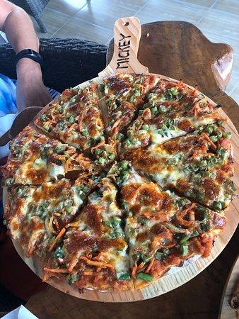 Mickey's Sports Bar & Restaurant: Pizza vegetal, con judias y ZANAHORIAAAAAAAA....lo nunca vistooo