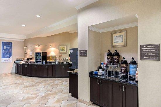 Rodeway Inn & Suites: Breakfast bar