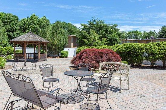 Ledgewood, NJ: Relax on the patio
