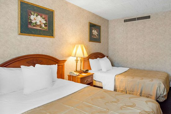 Ledgewood, NJ: Guest room with queen bed(s)