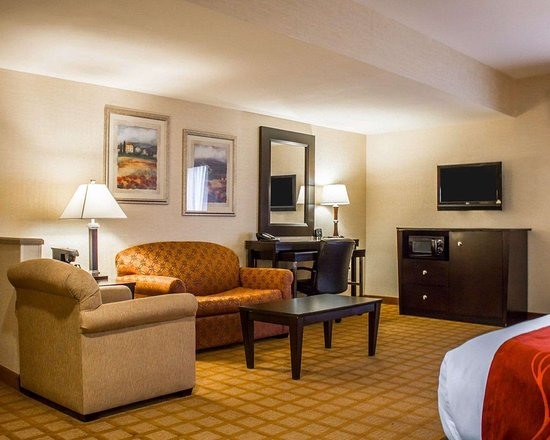 Comfort Suites : Well-equipped guest room