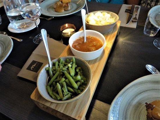 Vledder, Nederland: De manier van opdienen: vlees of vis op bord geserveerd, de rest zelf opscheppen.