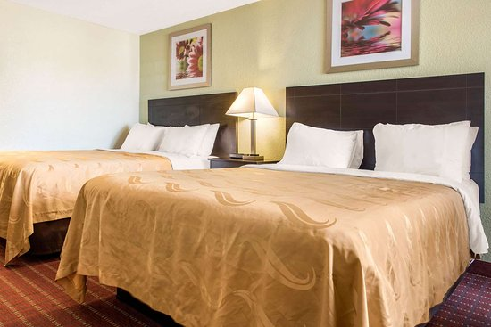 Quality Inn: Spacious room with queen beds