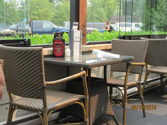 The Boathouse Restaurant: Typical Patio Seating