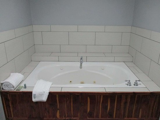 Atoka, OK: King Guest Whirlpool Suite
