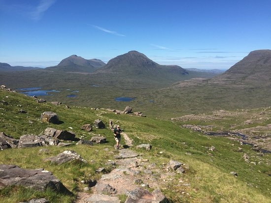 Torridon, UK: views along the backside... gorgeous day