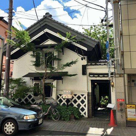 蔵を改装した外観とクラシカルな内装のレトロでカフェ好きには立ち寄りたい茶郎車門