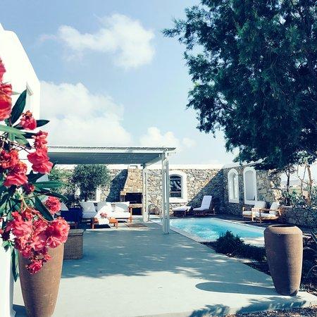 Marathi, Hellas: Outside Villa Dafni