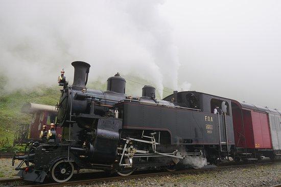 Dampfbahn Furka Bergstrecke: 各国に売却されていた機関車が買い戻されて復活。ぴかぴかに手入れされています。