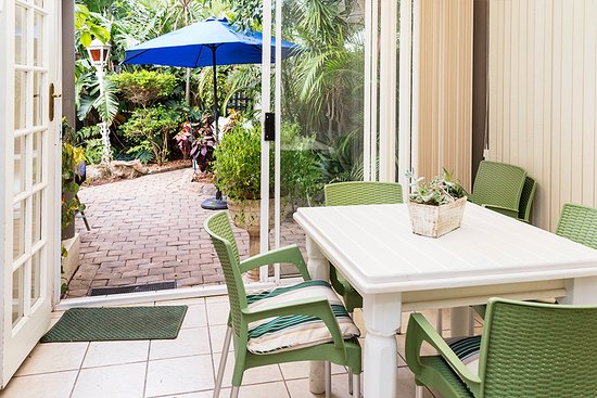 Margate Place Guest House: Have breakfast in the private sunroom with a view into our garden