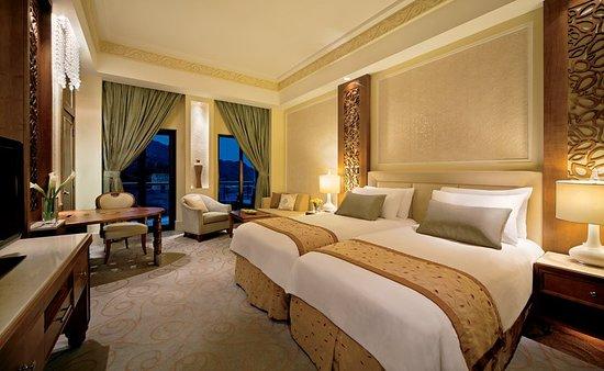 Al Bustan Palace, A Ritz-Carlton Hotel: Guest room