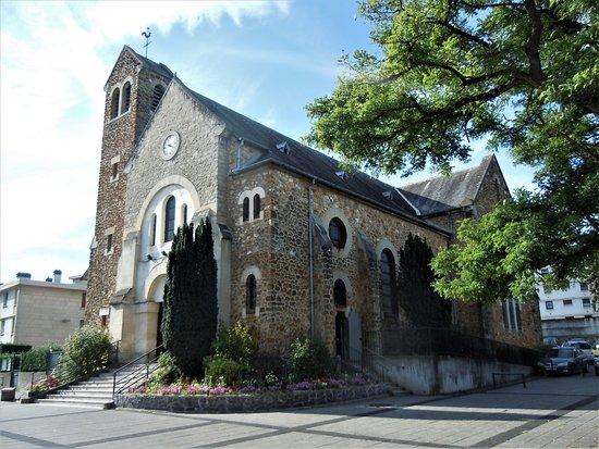 Franconville, France: Latéral droit de l'église