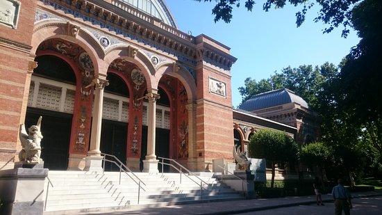 Retiro Park (Parque del Retiro): Palacio Velasquez, al suo interno abbiamo visitato una mostra temporanea.