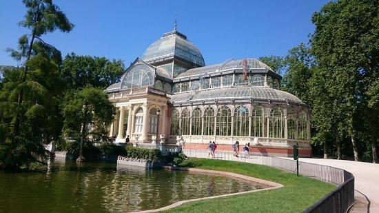 Retiro Park (Parque del Retiro): Palacio de Cristal con il laghetto che ha di fronte, che ospita le tartarughe