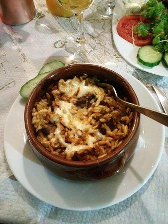 Un piatto con stufato e pasta
