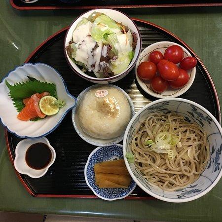 Michi-no-Eki Ogawa: 彩セット(デザート除く)に取り放題だったミニトマトを添えて。