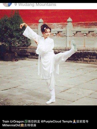 Danjiangkou, Çin: Practicing the Wudang form of Tai Chi